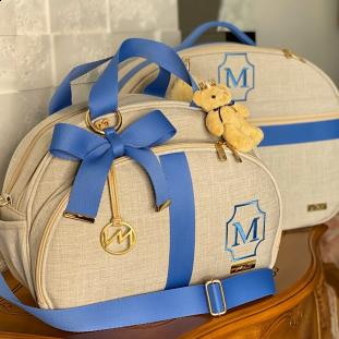 Kit Maternidade Mala + Bolsa Média Glam Linho Bege com Fita Azul Jeans